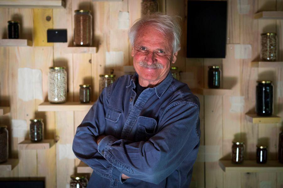 Yann Arthus-Bertrand devant la production de miel.