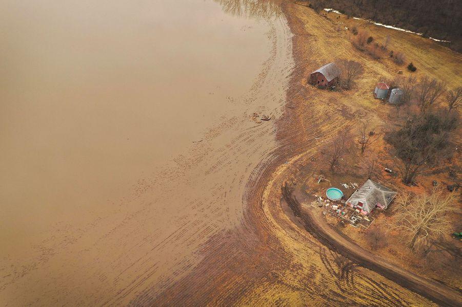 Dans le Nebraska (Etats-Unis), les pertes causées par les inondations sont estimées à plus de 800 millions de dollars pour le secteur agricole, selon les autorités locales.