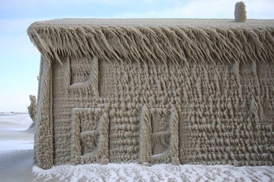 Ce week-end, les maisons situées au bord du lac Erié aux Etats-Unis ont été recouvertes de glace.