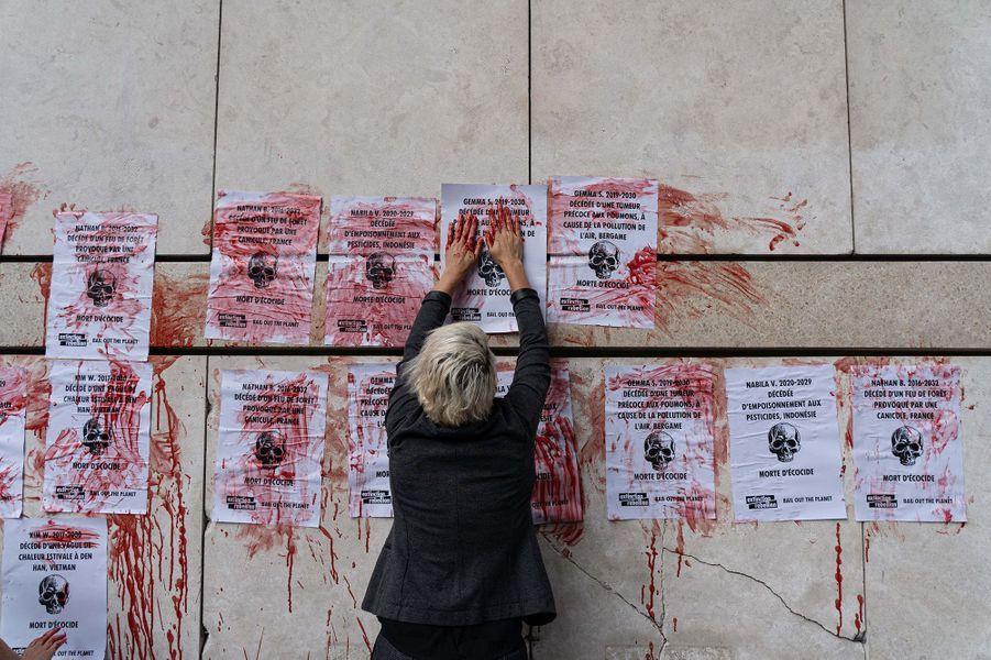 Mardi matin, sur le parvis du ministère de l'Economie, à Bercy, huit activistes d'Extinction Rebellion se sont enchaînés afin de dénoncer la politique du gouvernement en matière de climat.