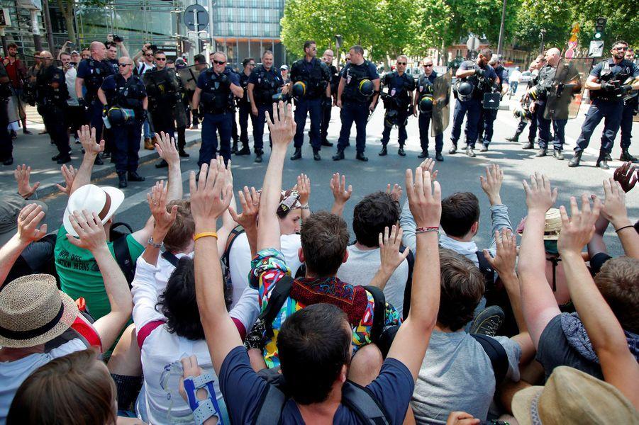 Militants écolos gazés: Castaner veut des explications