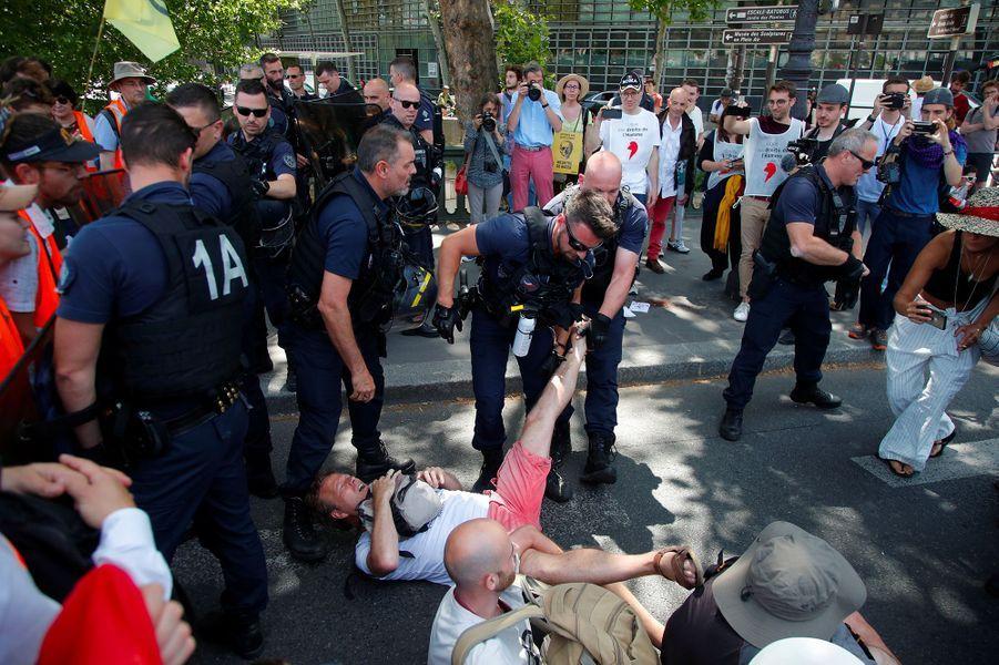 Paris : des militants écologistes violemment pris à partie par la police