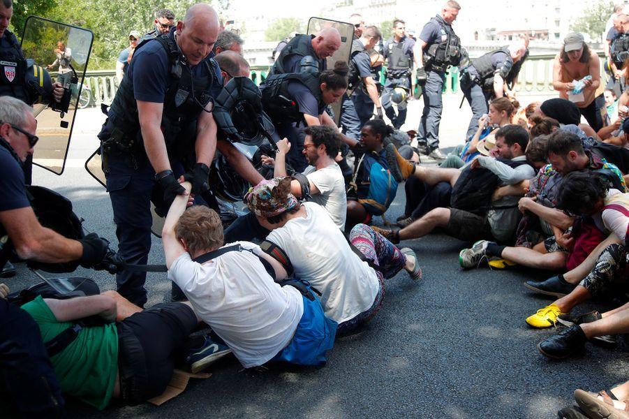 Manifestants écologistes aspergés de gaz : une enquête judiciaire confiée à l'IGPN