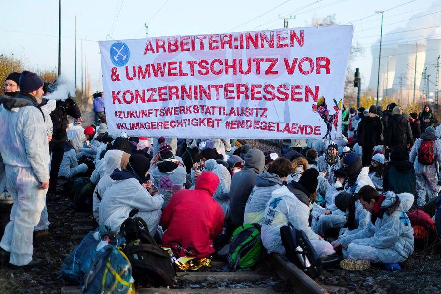 """Les manifestants anti-charbon """"Ende Gelände"""", maquillés, vêtus de blanc, ont d'abord bloqué les rails de laminede Jänschwalde. D'autres ont pénétré dans laminede Welzow Süd."""