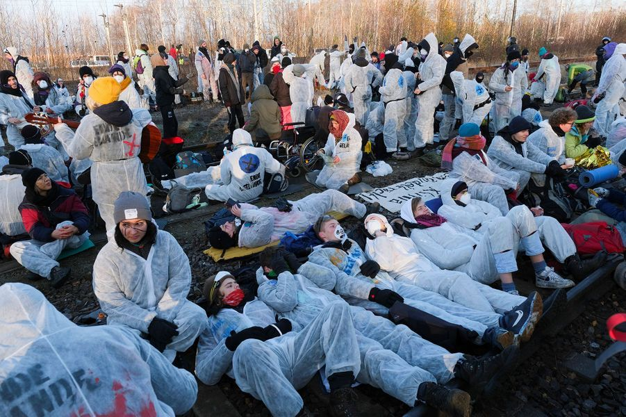 """Les manifestantsanti-charbon """"Ende Gelände"""", maquillés, vêtus de blanc, ont d'abord bloqué les rails de laminede Jänschwalde. D'autres ont pénétré dans laminede Welzow Süd."""