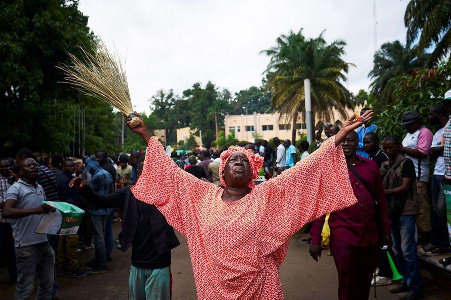 Samedi à Bamako, les manifestants jouaient de la vuvuzela et arboraient les affiches de campagne de leur candidat, sans signe apparent de tension avec les forces de l'ordre.