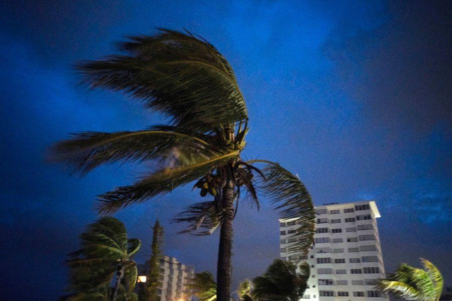 Les vents de Dorian photographiés à l'arrivée de l'ouragan, dimanche, à Freeport aux Bahamas.