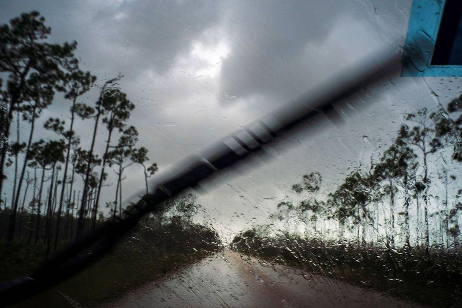 Pluies précédant l'arrivée de l'ouragan Dorian à Freeport, aux Bahamas, dimanche.