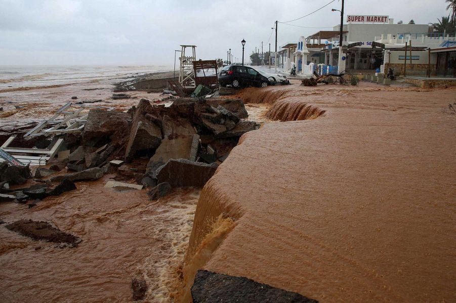 Le nord-est de la Crète a été ravagé mardi par des inondations et des coulées de boue.