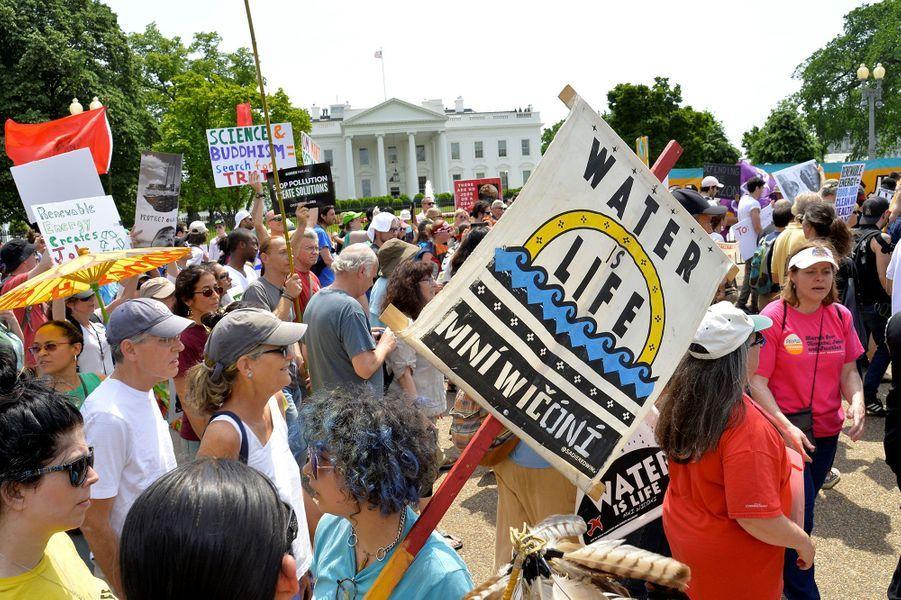 Des milliers d'Américains dénoncentles retours en arrière du président Donald Trump sur la question du réchauffement climatique.