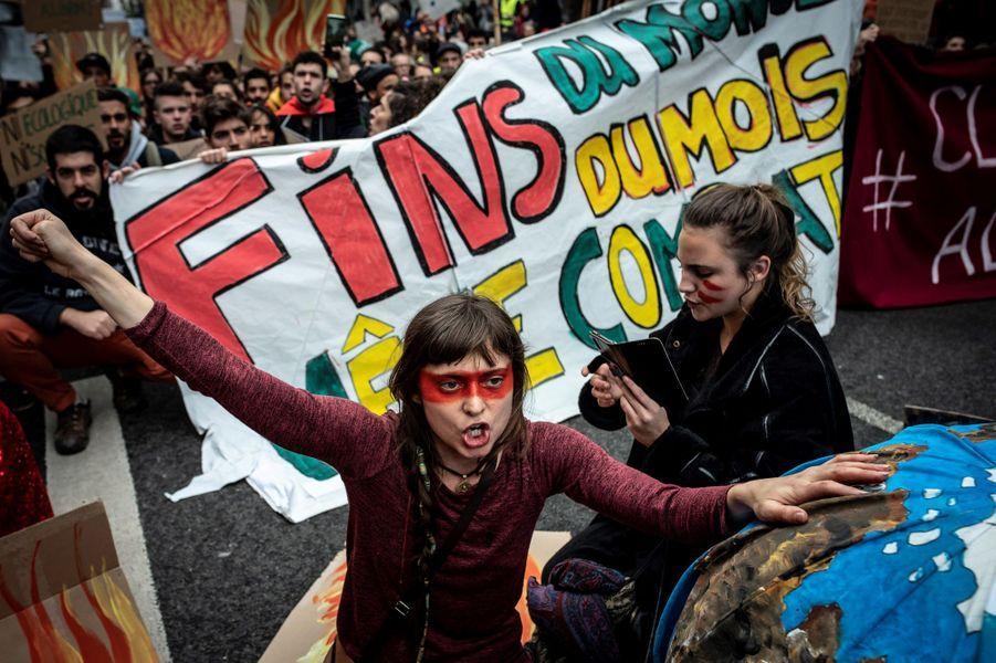 Une Marche pour le climat était organisé en France, notamment à Paris et dans de nombreuses villes européennes. Pied de nez à la communication présidentielle, le slogan «Fin du mois, fin du climat, même combat» était sur toutes les lèvres. Photo prise à Lyon.