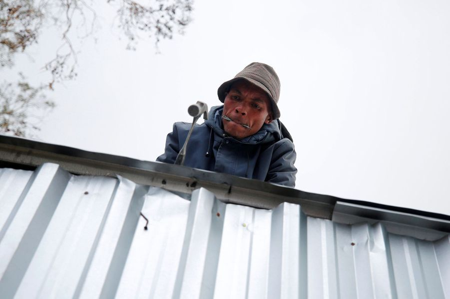 La violente tempête a causé de nombreux dégâts et privé d'électricité 46 000 maisons.