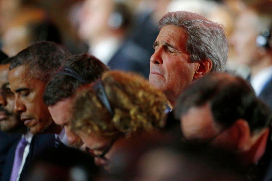 John Kerry ému lors de la minute de silence pour les victimes des attentats de Paris