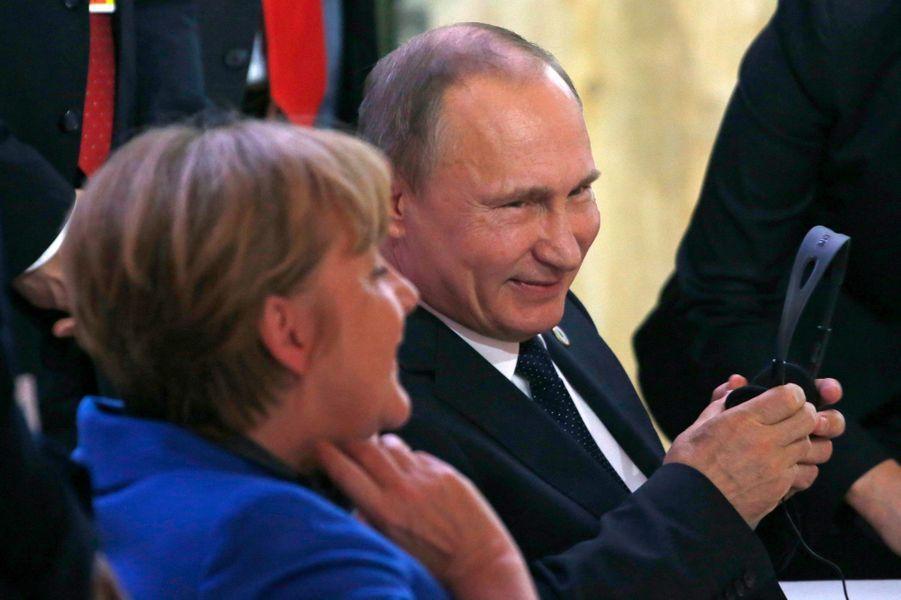 La Chancelière Angela Merkel rit avec le président russe Vladimir Poutine