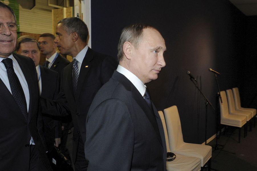 Le président russe Vladimir Poutine sans un regard envers le président des Etats Unis Barack Obama