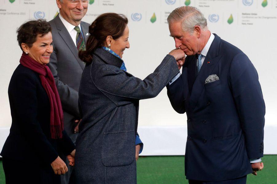 Le prince Charles embrasse la main de Ségolène Royal