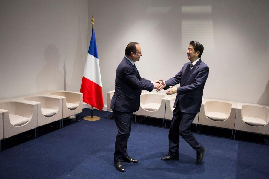 Pas de danse entre François Hollande et le Premier ministre japonais Shinzo Abe