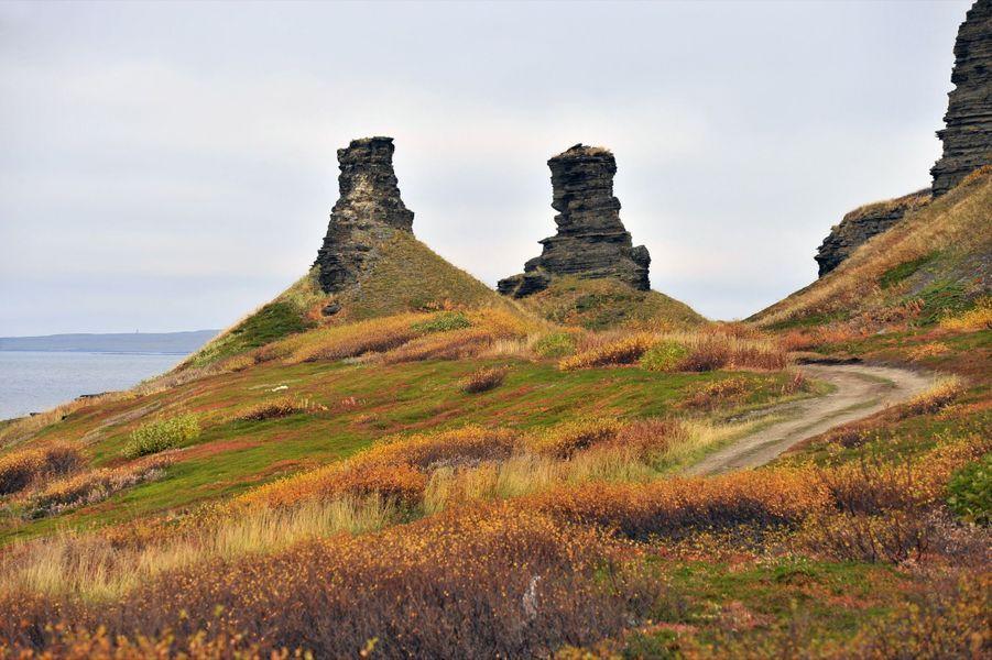Le parc naturel de Rybachy et de la péninsule de Sredny. La péninsule de Rybachy est la partie la plus septentrionale de la Russie européenne. Dans cette région de toundra, presque sans arbres, le pergélisol s'étend à perte de vue. Mais sous ce paysage âpre et splendide, la menace est patente: la terre fond et des virus inconnus pourraient resurgir.