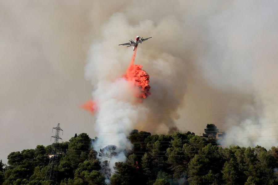 Plus de 450 pompiers sont toujours à Castagniers (Alpes-Maritimes) pour lutter contre l'incendie virulent qui a menacé des habitations la veille à une quinzaine de kilomètres de Nice.