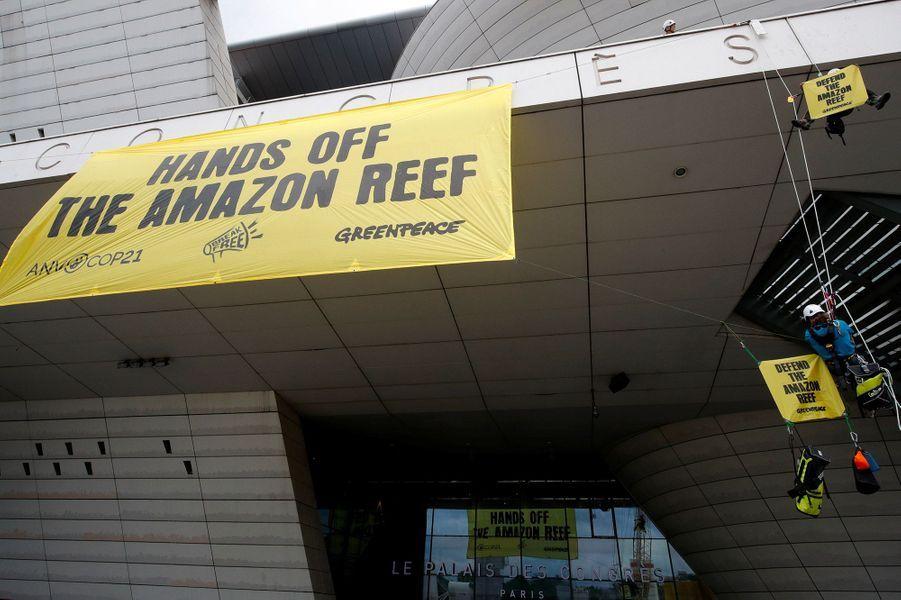 Greenpeace a investi le palais des congrès de Paris pour déranger l'assemblée générale de Total.