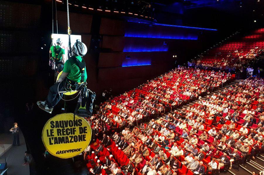 Greenpeace a investi lepalais des congrès de Paris pour déranger l'assemblée générale de Total.