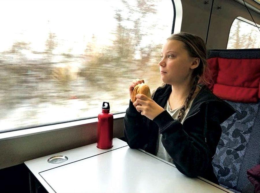 Traversée du Danemark en train. La jeune fille ne prend jamais l'avion
