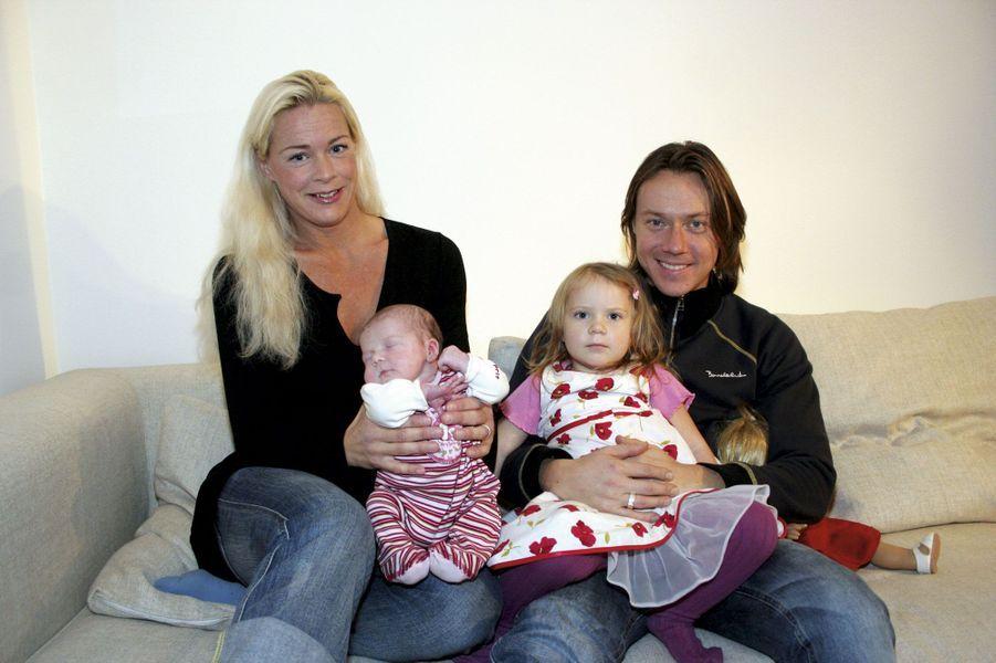 Greta, 2 ans, son père, Svante, et sa petite sœur, Beata, dans les bras de sa mère, Malena Ernman, en 2005.