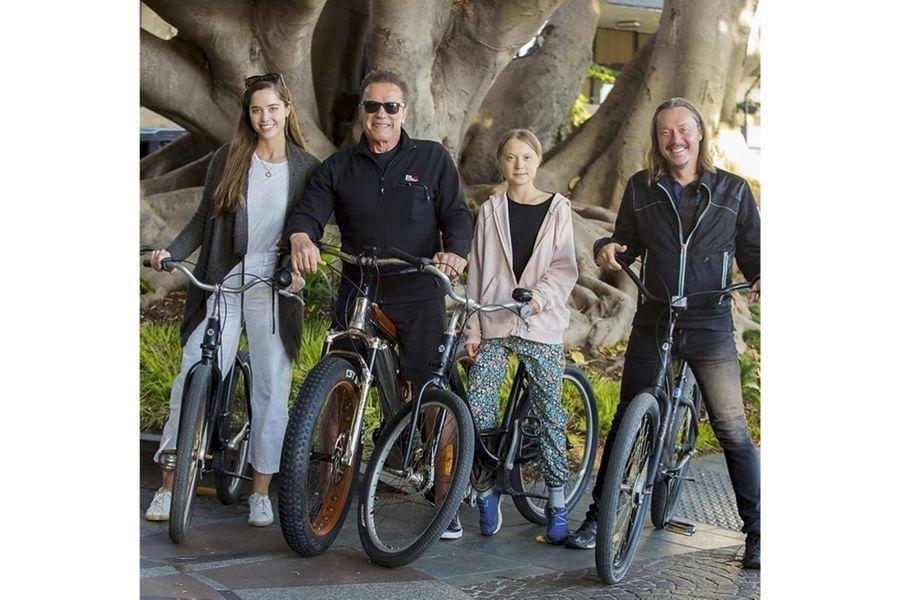 Elle et son père (à dr.) vont découvrir Santa Monica à vélo avec Arnold Schwarzenegger et sa fille Christina. Pour Terminator, elle est « une amie et une héroïne ».