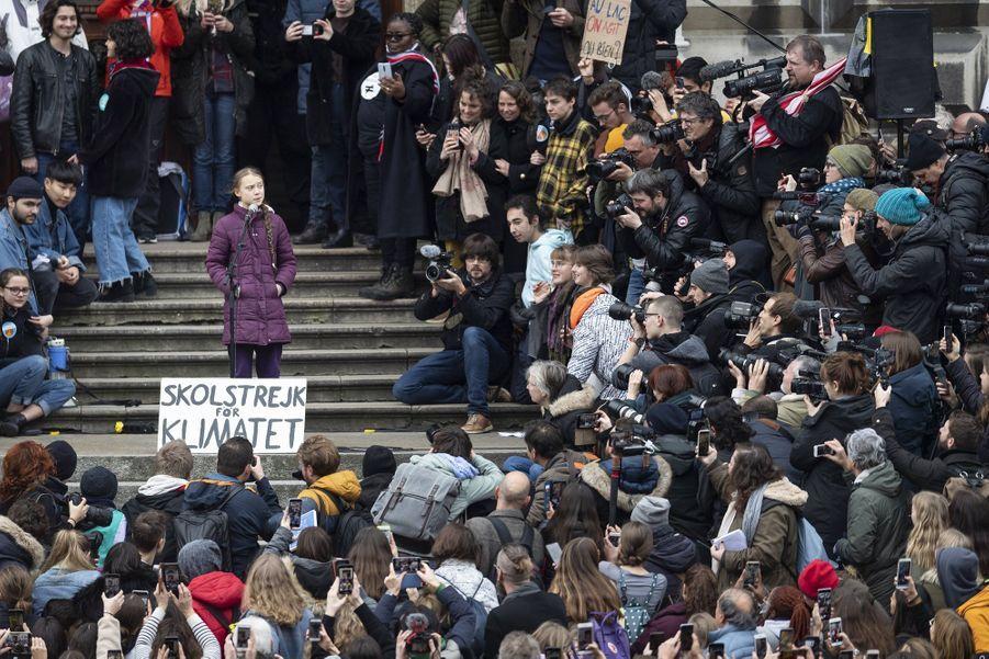 Greta Thunberg a manifesté pour le climat avec environ 15 000 personnes vendredi à Lausanne (Suisse).