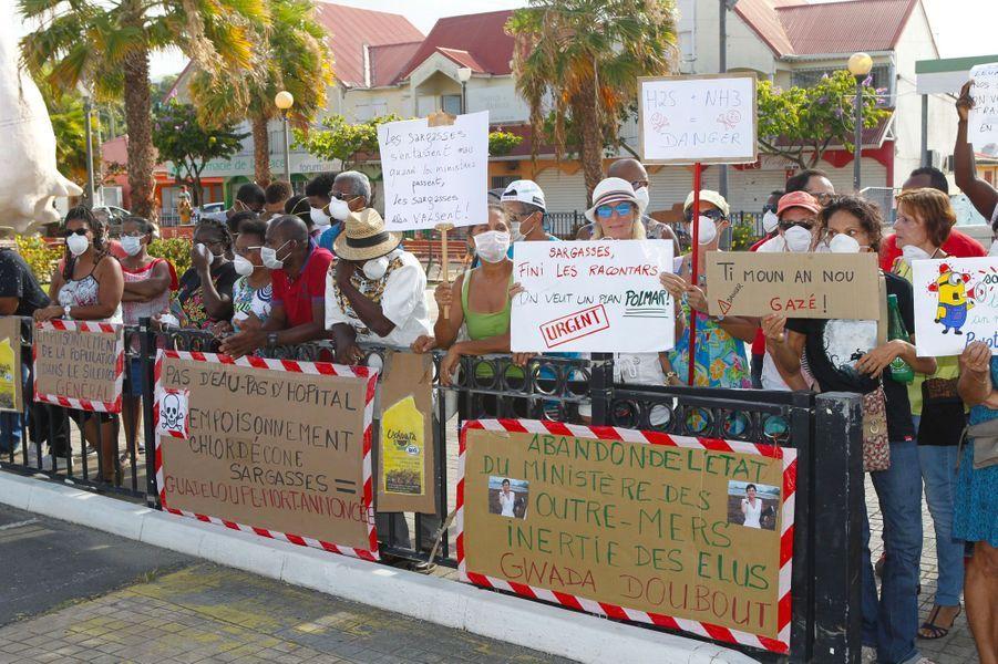 Des habitants en colère contrela réaction tardive du gouvernement face aux échouages de sargasses, en Guadeloupe, le 11 juin.