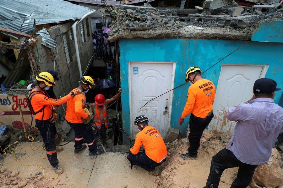 Des secouristes essayent de récupérer le corps d'un homme à San Domingo, en République Dominicaine.