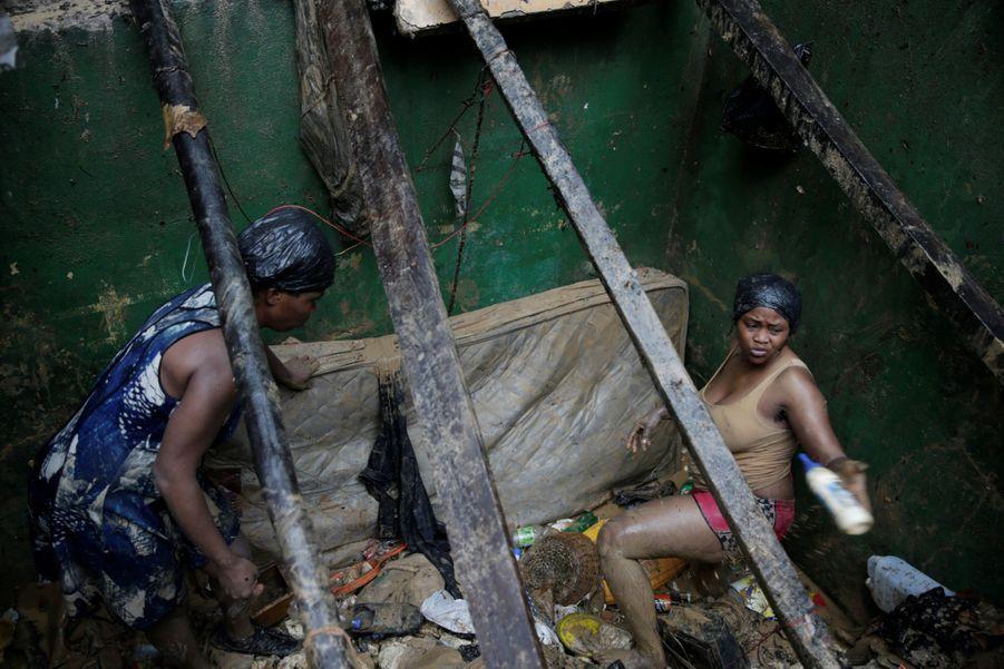 Deux femmes nettoient une maison à Port-au-Prince.