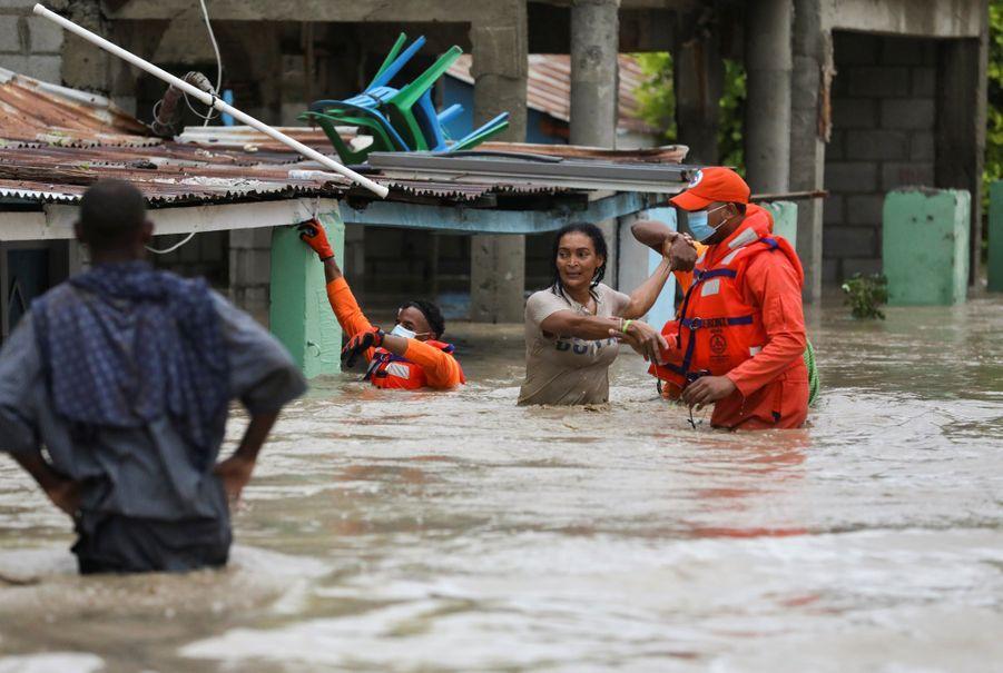 Des membres de la défense civile viennent aider les habitants.