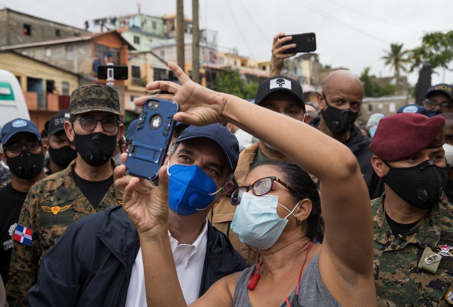 Luis Abinader, le président de la République Dominicaine, en visite dans le quartier de Los Rios après la tempête Laura.