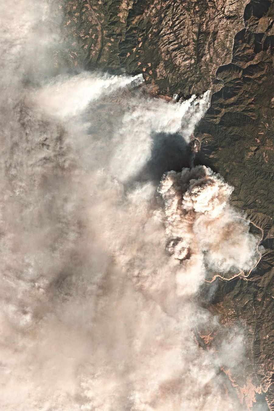 Lundi, les extrémités septentrionales et méridionales de laCalifornieétaient couvertes d'épaisses fumées et le soleil, à peine visible, masqué par plusieurs feux d'ampleurs variées.