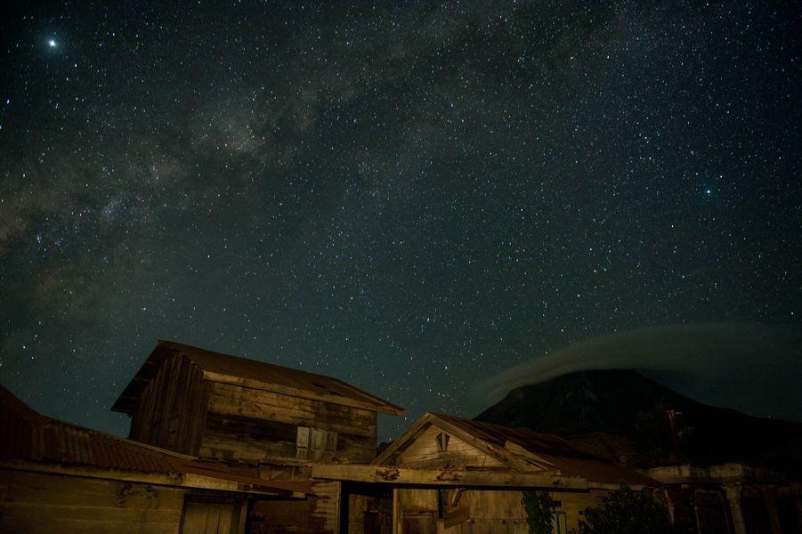 Le Sinabung, de nuit.