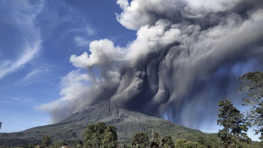 Le Sinabung fait partie des 120 volcans en activité en Indonésie.