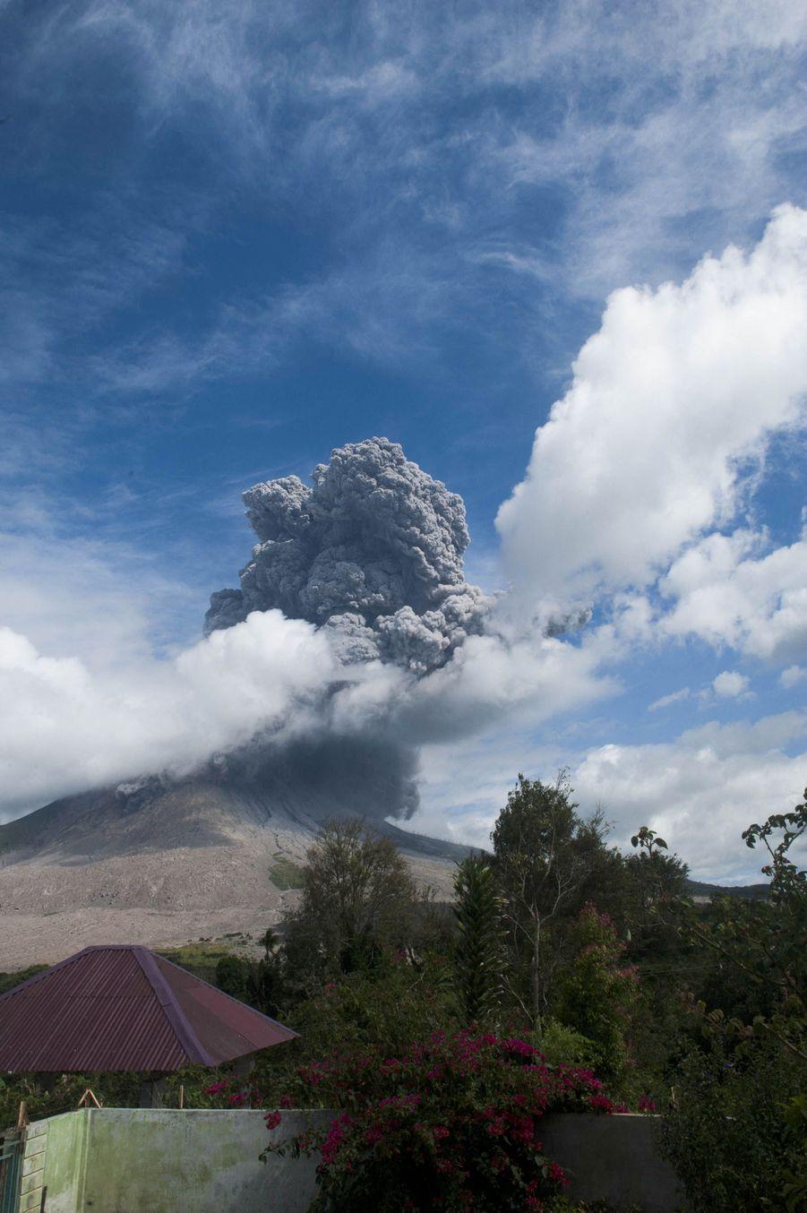 Le mont Sinabung se trouve au nord ouest de l'Indonésie.