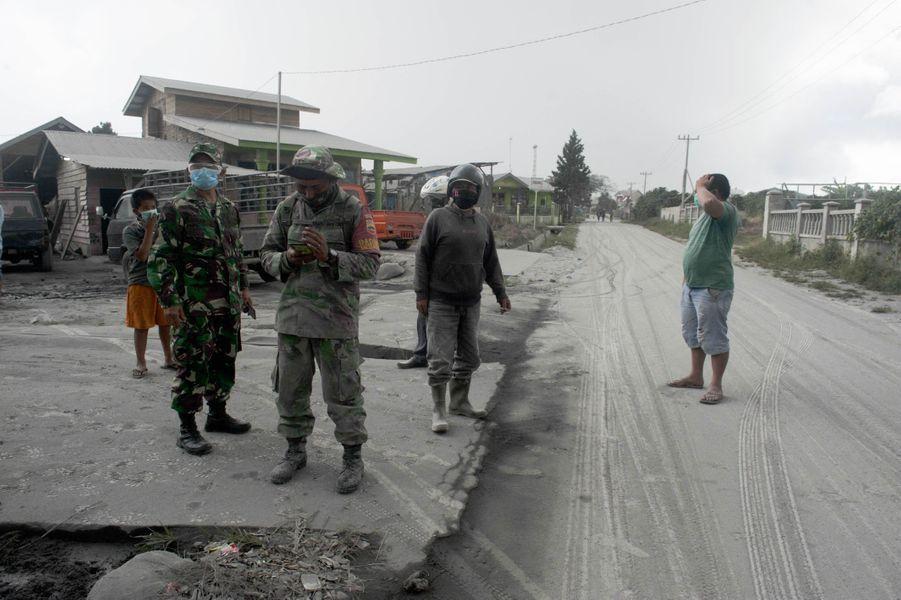 Certains riverains n'ont pas respecté les mesures barrières pendant l'éruption selon l'AFP.