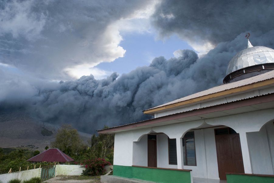 Le nuage de fumée s'élève sur 5 000 mètres.