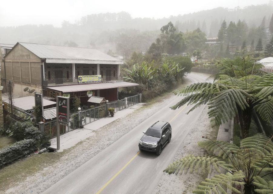 Sinabung fait partie des 120 volcans en activité dans l'archipel indonésien.