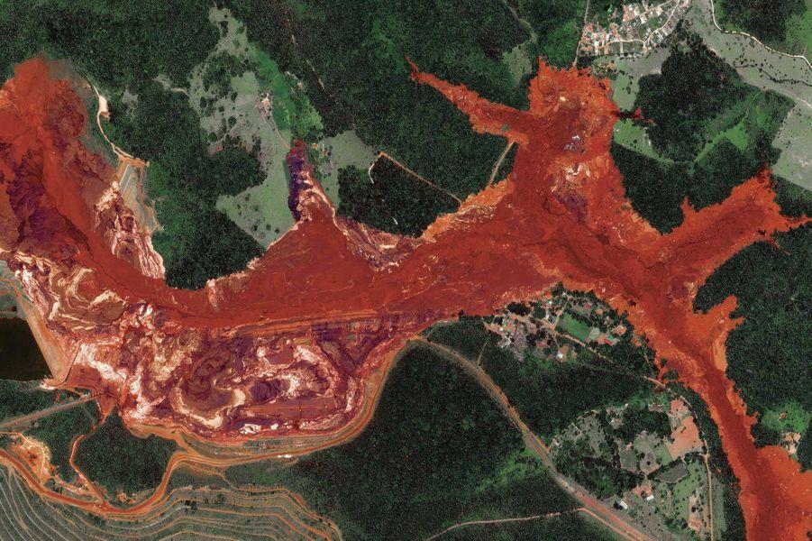 Début 2019, 11.4 milliards de litres d'eaux usées transforment la rivière Paraopeba en bain de sang.
