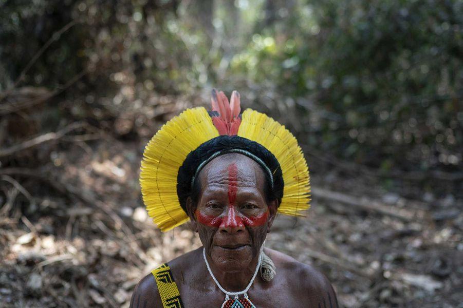 Un membre du peuple Kayapo devant les dévastations.