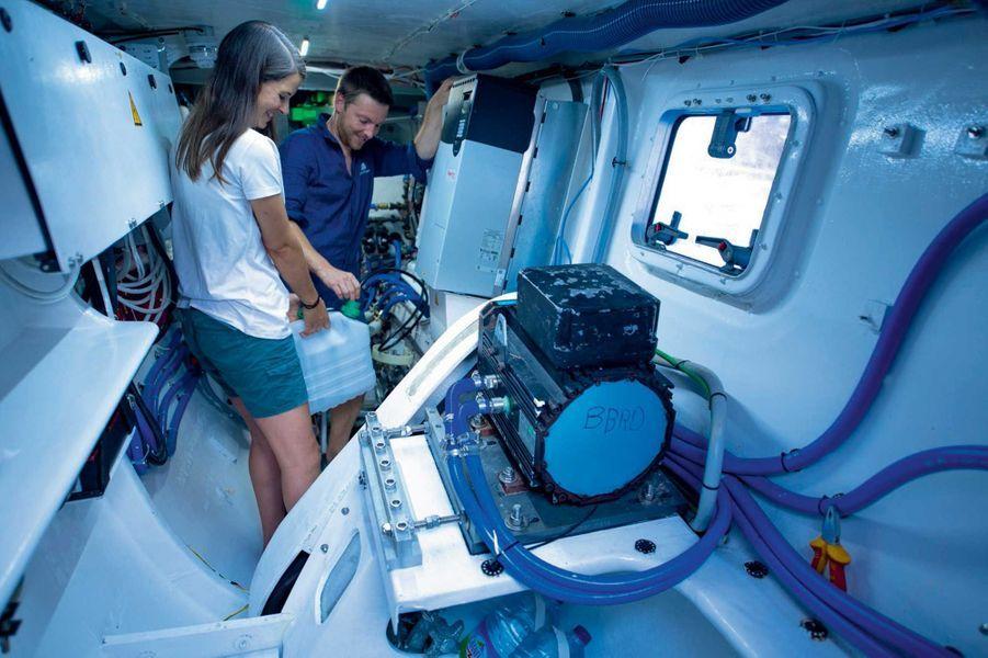 Julien, ingénieur, et Katia, auprès du dessalinisateur, qui garantit l'autonomie en eau douce.