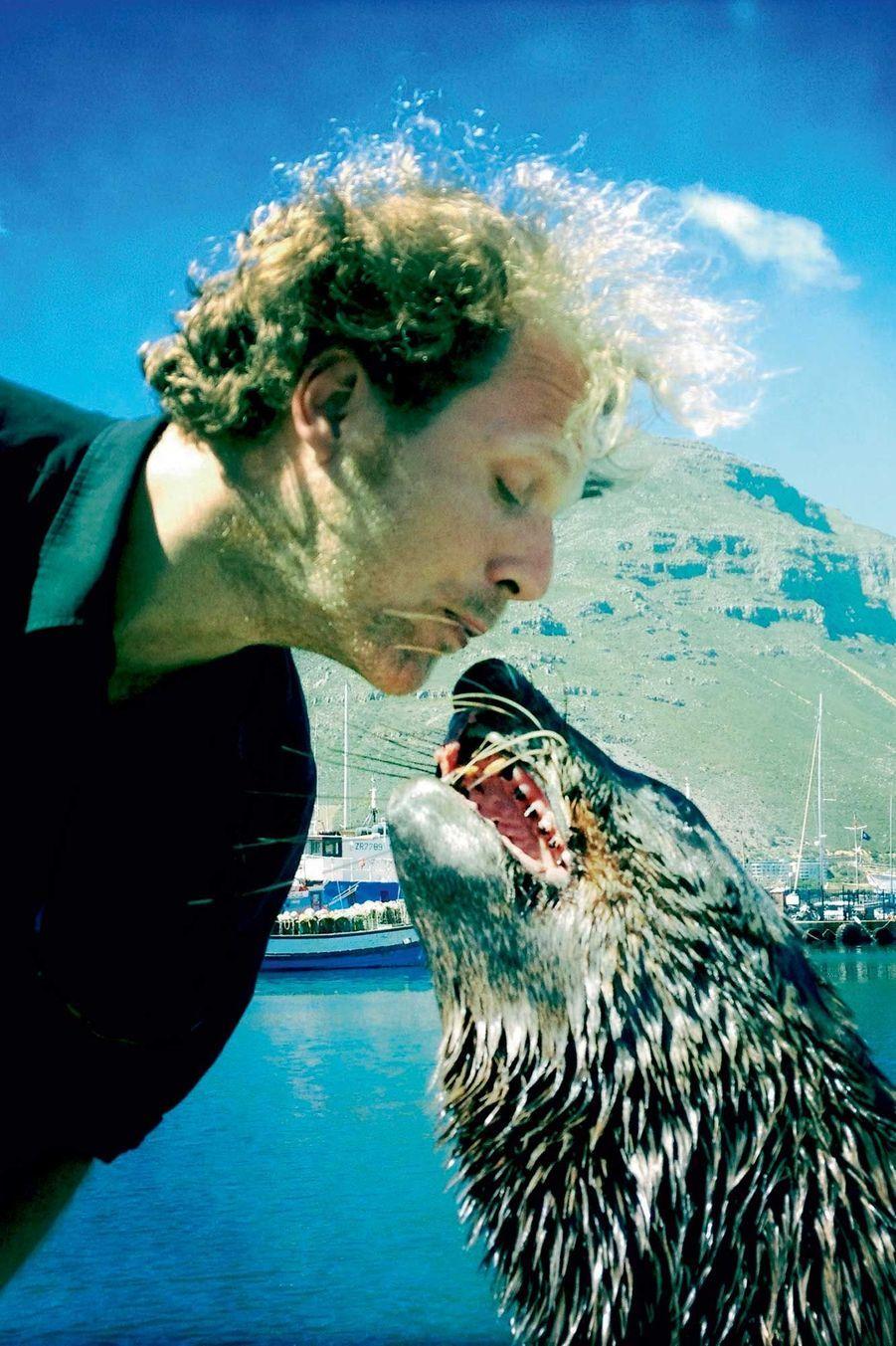 Ami-ami avec un lion de mer, dans le port de Hout Bay, en Afrique du Sud