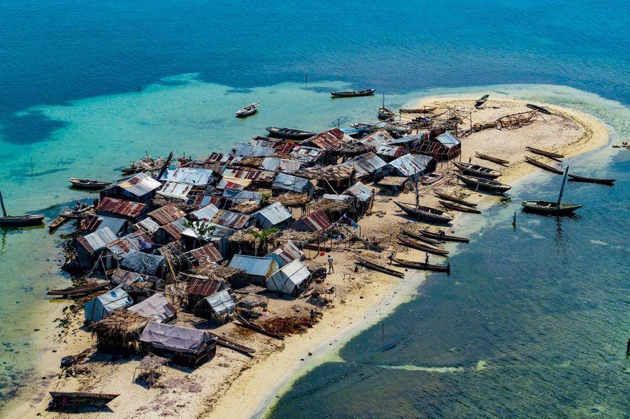 Arrivée près de l'îlet Lambi, au large d'Haïti. Un village de pêcheurs, installé sur un banc de sable, est menacé par l'élévation du niveau de la mer.
