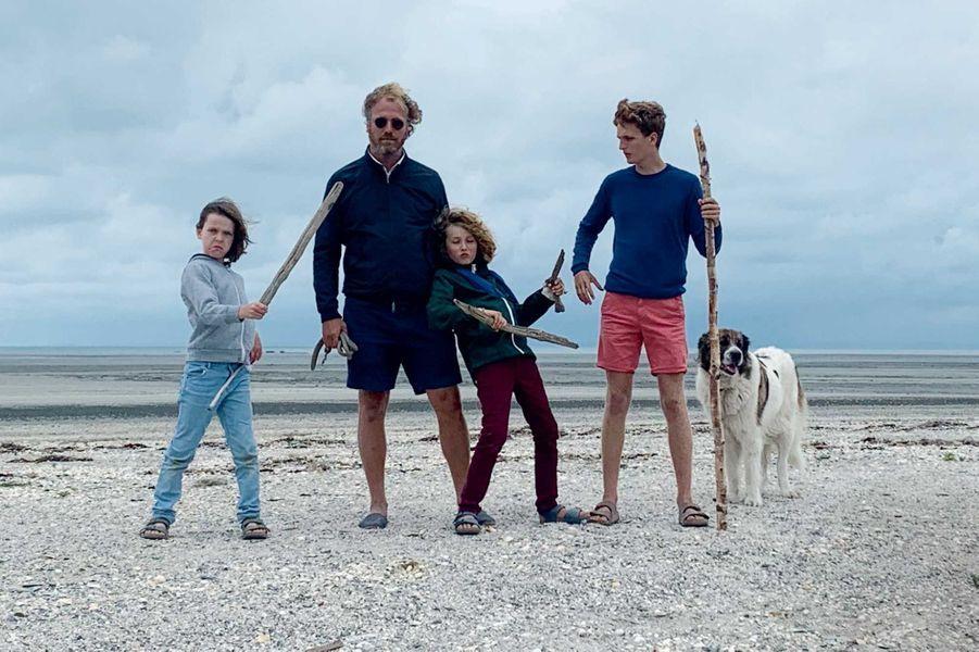 Avec ses trois fils, Nikita, Virgile et Maé, et leur chien, Mechka, été 2020.