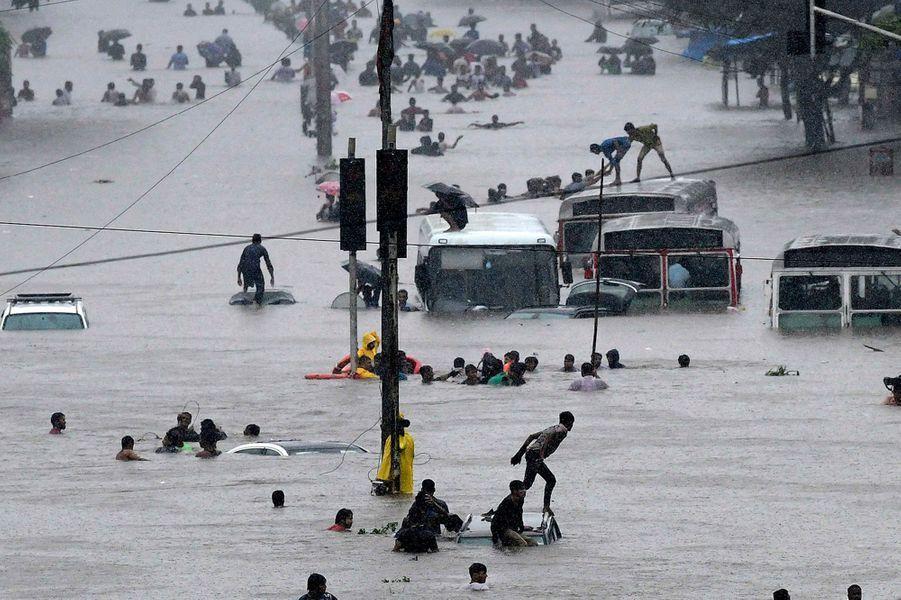 Des Indiens tentent d'échapper aux inondations à Bombay.