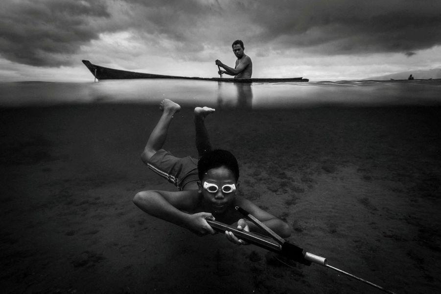 Des enfants chasseurs, à Ambon (Indonésie).