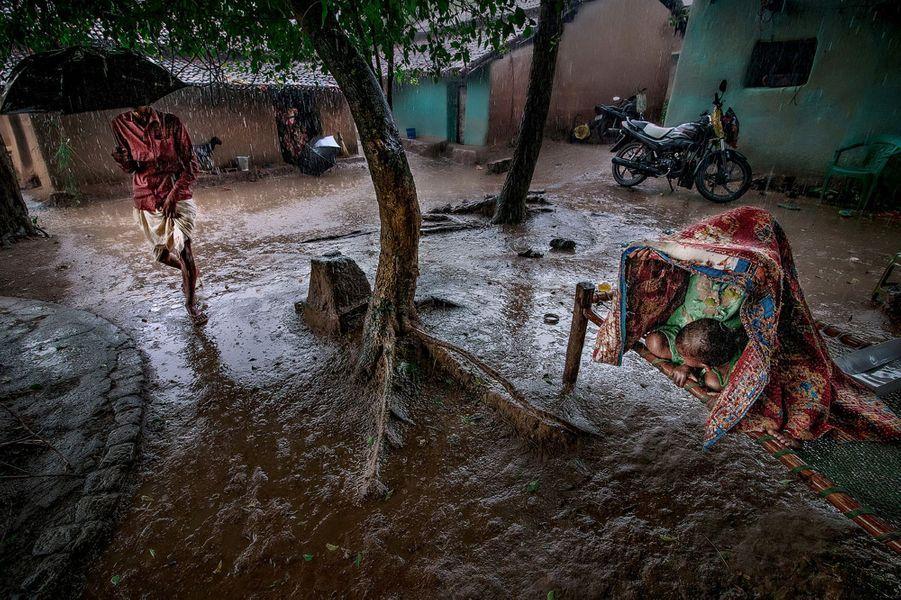 Pendant la mousson, en Inde.